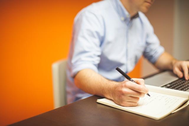 oranžová zeď kanceláře.jpg